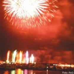 Es recomana anar a veure el castell de focs de Festa Major a peu o en el bus llançadora gratuït