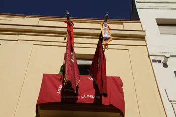 Les banderes ja onegen al balcó del portant de la bandera del Cinquantenari