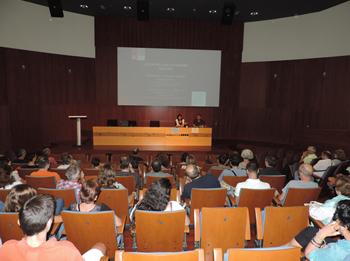 La regidora d'Innovació, Ariadna Llorens i Tòfol Tobal, fent  la presentació de la xerrada 'Les estrelles i la nostra Galàxia