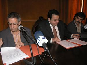 Albert Sanabra, Joan Ignasi Elena i Jordi Torrents, aquest matí, al Saló de plens de l'Ajuntament de VNG