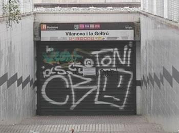 Imatge d'arxiu de l'accés a l'estació de rodalies RENFE tancat