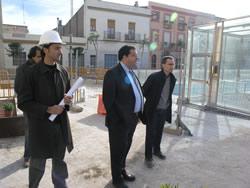 el regidor de Projectes visiten les obres de la plaça de les Casernes
