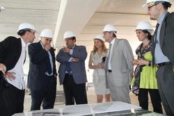 El conseller i l'alcalde consulten uns plànols durant la visita d'obres del nou institut de Baix-a-mar
