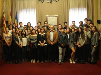 Alumnes del Lycée Augustin Thierry i de l'Institut Manuel de Cabanyes amb el regidor d'Educació