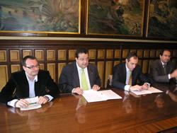 Imatge de la signatura del contracte, que tindrà una vigència de tres anys