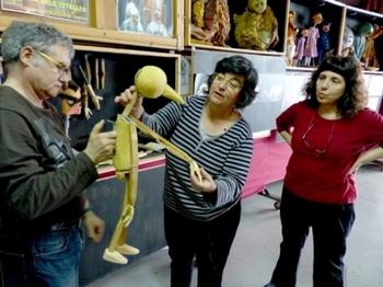 La visita al taller de l'Estaquirot permet conèixer de prop els titelles, la seva insígnia