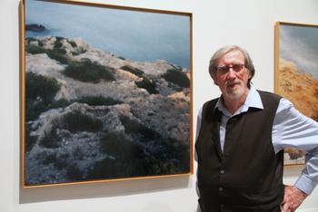Galmes, al costat de la seva obra a l'exposició 'El Mar, abans verd i ara blau'