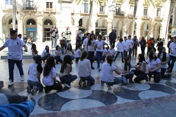 Alumnes del Manuel de Cabanyes interpreten la dansa Dones d'aigua
