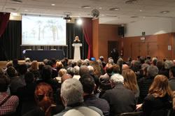 L'alcaldessa de VNG, Neus Lloveras explicant el projecte de ciutat per remodelar la façana marítima