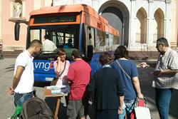 La regidora de Mobilitat, Glòria Garcia, va informar als usuaris del bus sobre les noves línies