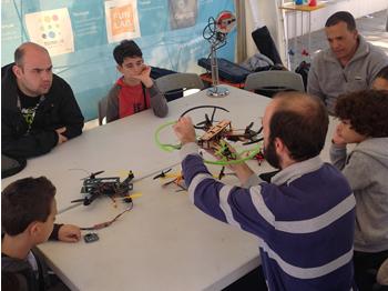 Una de les activitats de l'estand Neàpolis-Tecnolkids: construcció d'un dron