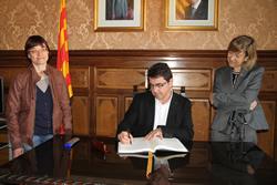 El diputat d'Esports de la Diputació de Barcelona, Josep Salom, signant al Llibre d'Honor de la ciutat