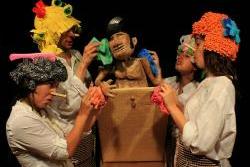 El titella és l'element central i interactua amb els actors dalt de l'escenari