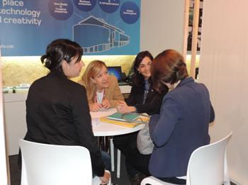 Neus Lloveras i Ariadna Llorens amb la representant de l'agència pública d'Innovació de Namur, Bèlgica