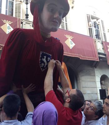 Col·locació medalla al gegant Ulderich davant Ajuntament. Foto: Ajuntament de Mataró