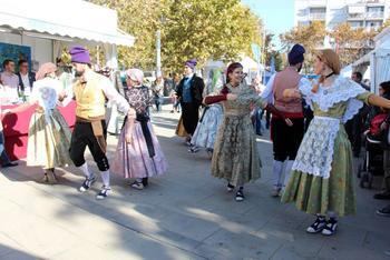 El Grup de Dansa actuant a la Fira de Novembre davant l'estand dels Pabordes