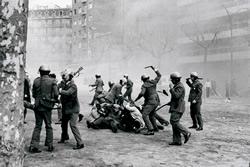 Manel Armengol_Actuació policial contra manifestants, Barcelona 1976