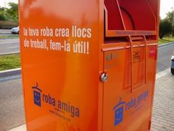 Intentar treure roba d'aquests contenidors de color taronja pot ser molt perillós