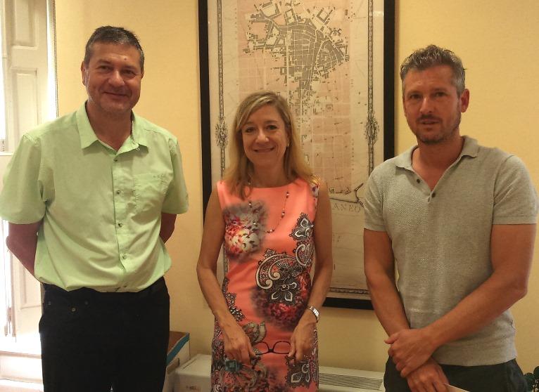 L'alcaldessa, Neus Lloveras, i el regidor Joan Giribet, amb Jordi Mas, representant de GrupMas