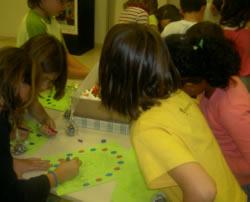 Els nens i nenes treballen els valors de la solidaritat, la tolerància i la diversitat, entre d'altres