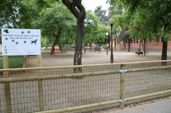 L'espai de lleure per a gossos a la plaça Eduard Maristany