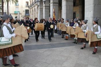 El Ball de Cotonines saluda la bandera dels Tres Tombs després de la lectura del pregó