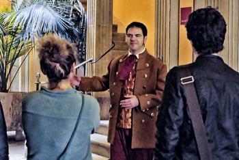En Benet Rubinat acompanya els visitants en la visita teatralitzada que els transporta al segle XIX