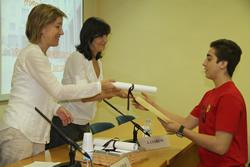 Neus Lloveras i Ariadna Llorens lliurant un dels diplomes