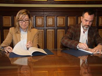 Neus Lloveras i Albert Tort han signat el conveni