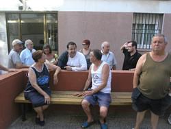 Joan Ignasi Elena i Juan Luis Ruiz conversen amb un grup de veïns