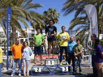 Blanca Albà i Glòria Garcia amb els guanyadors d'una de les proves