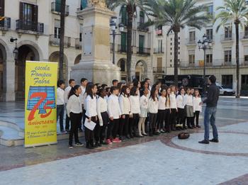 Actuació del cor a la plaça de la Vila