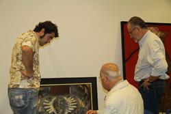 Àlex Cardona revisa, amb F.X.Puig Rovira i Xavier Capdet, la col·locació dels quadres
