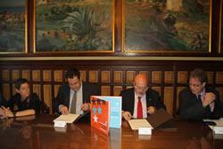 Signatura del conveni a l'Ajuntament de VNG