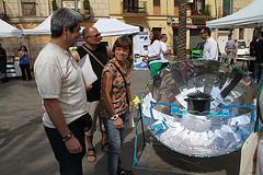 La regidora de Medi Ambient, Blanca Albà, va poder tastar la xocolata de comerç just cuinada amb una cuina solar
