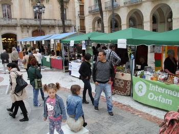 La Mostra d'Entitats de Cooperació, a la plaça de la Vila