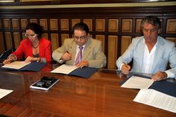 Mila Arcarons, Salvador Becerra i Teo Traveria signen el conveni
