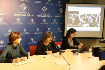 La regidora ha presentat les webs amb la directora de la biblioteca Joan Oliva i la tècnica de l'Oficina de Patrimoni