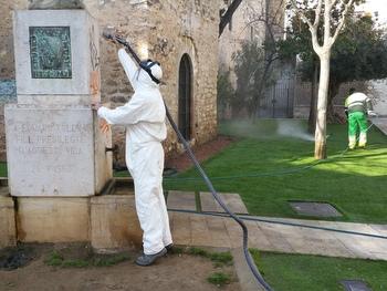 Tasques de neteja dimarts al Verger del mestre Toldrà