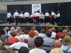 Exhibició de sardanes a l'escenari de la plaça dels Alumnes Obrers