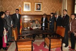 La vicepresidenta, Joana Ortega, signant el llibre d'honor