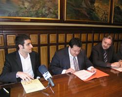 Acte de signatura del conveni entre l'Ajuntament de VNG i Caixa Manresa