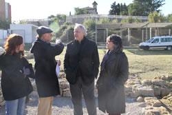 El diputat, Josep Llobet i la regidora, Marijó Riba atenent les explicacions del director del jaciment íber, Albert López