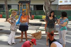 L'alcaldessa Lloveras i la regidora Llorens van començar la visita als casals a l'escola Pompeu Fabra