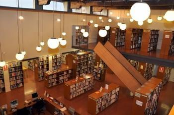 Interior de la biblioteca Joan Oliva
