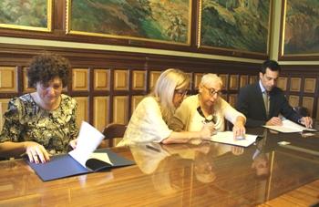 Neus Lloveras i Teresa Llorens amb la dipositària del fons, Eulàlia Soria, i l'administador concursal, David Grasa