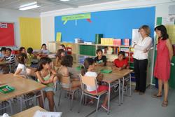 L'alcaldessa de la ciutat i la regidora d'Educació amb els nens i nenes de 3r de l'escola Pasífae