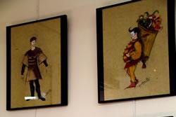 La primera planta de la Biblioteca Joan Oliva acull aquesta exposició dels dissenys del vestuari de la cavalcaca de Reis