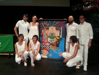 Els pabordes i pabordesses d'enguany, amb el cartell de Jordi Caba i Roger Calvet