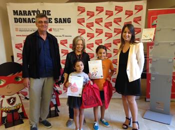 La regidora Gisela Vargas amb les guanyadores del concurs
